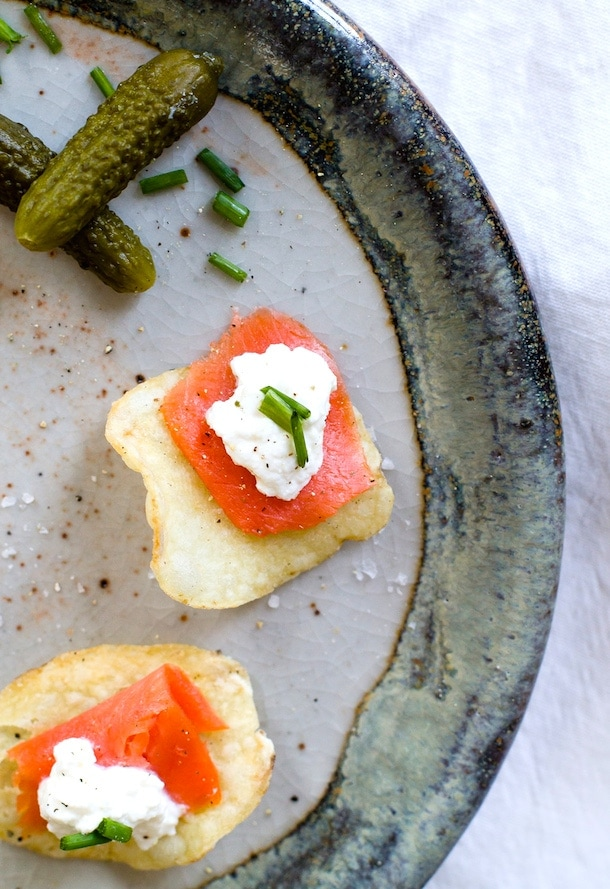 {5 minute} Smoked Salmon & Horseradish Ricotta Potato Chip Bites - recipe