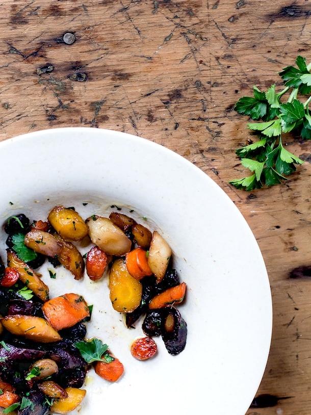 Honey Garlic Caramelized Carrots {recipe} via @amandapaa